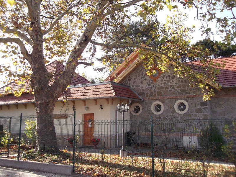 könyvtár, nyár, bejárat oldalról